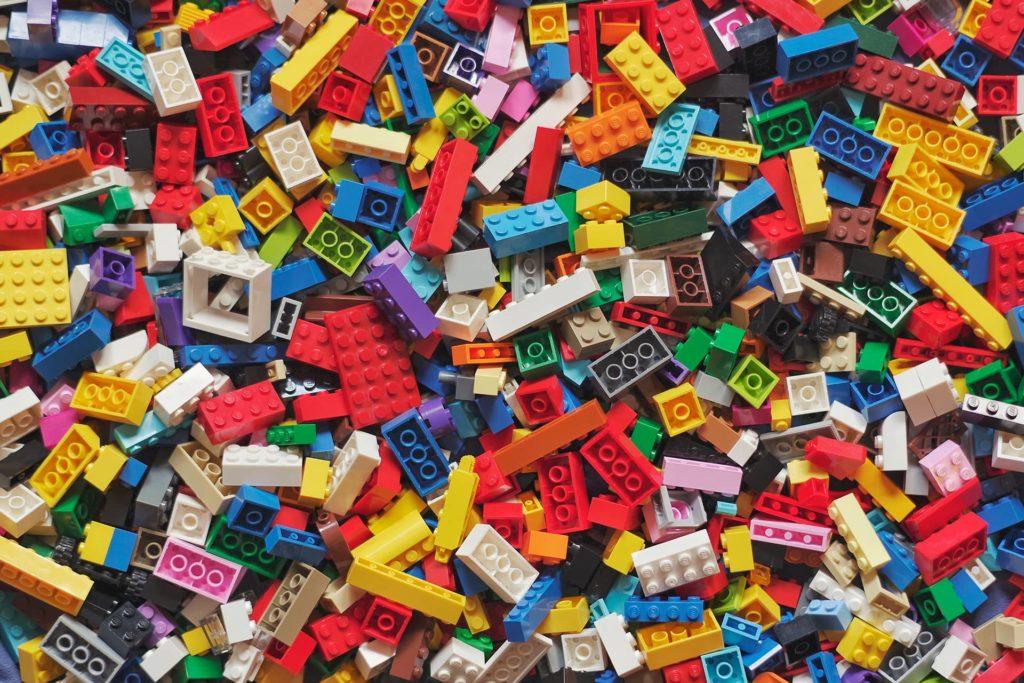 Plein de pièces de Lego en vrac pour illustrer le métier d'UX designer