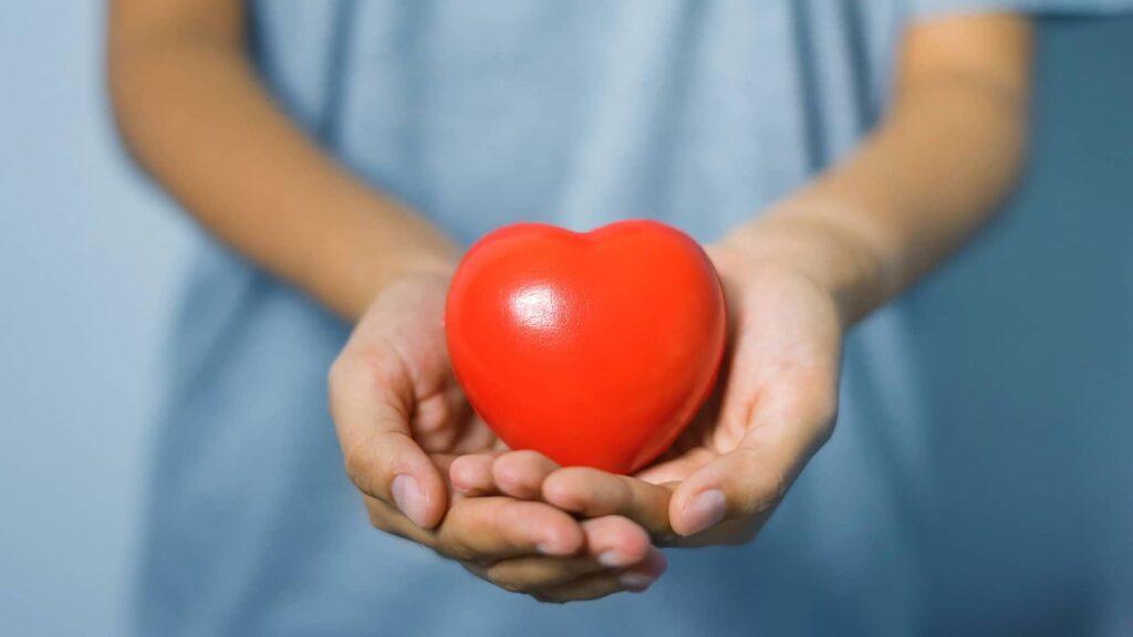 L'UX apporte de l'humain dans le numérique, avec ici un coeur dans des mains jointes