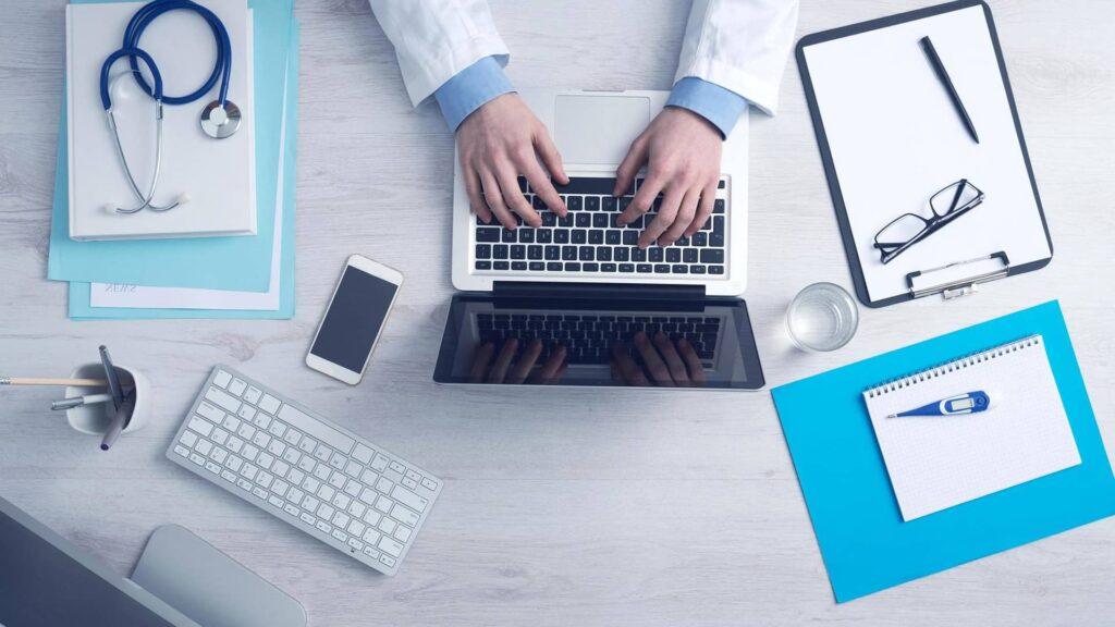 Un bureau de médecin avec des équipements numériques