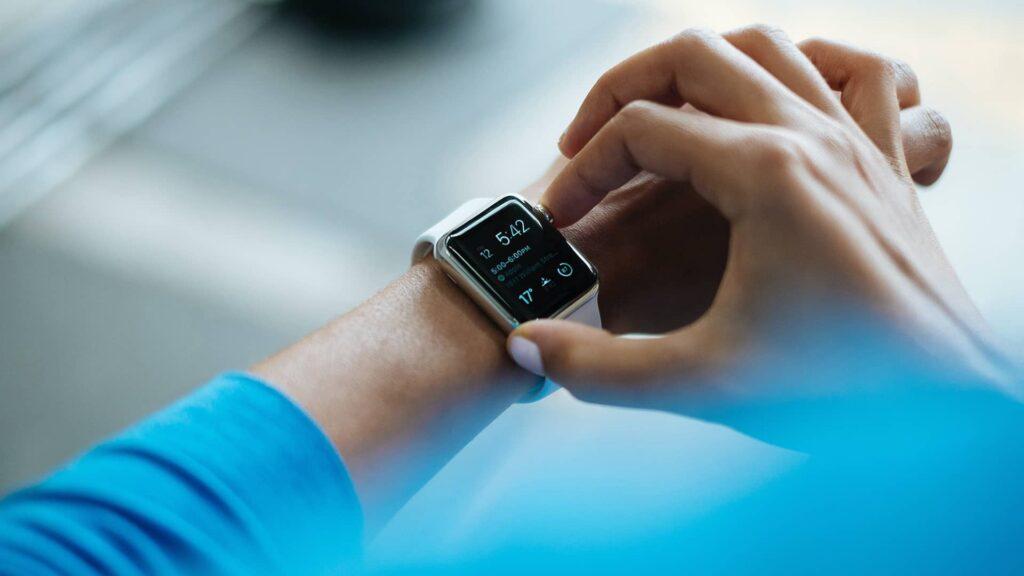 Une montre connectée au poignée d'un patient