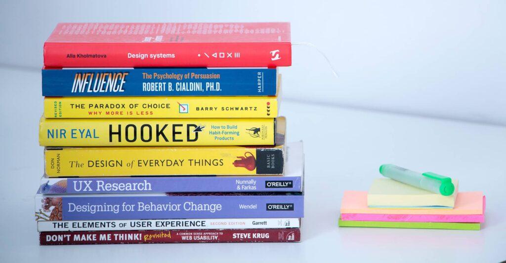 Une pile de livres anglophones sur le design.